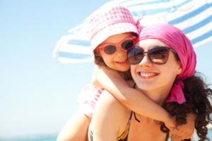 Sonnenbrille Mutter mit Kind